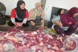 Petugas Periksa Kualitas Daging Kurban di Kediri