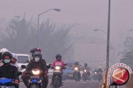 Kota Pekanbaru diliputi kabut asap berbau menyengat
