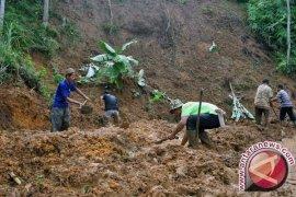 Evakuasi Korban Longsor Bogor Terkendala Cuaca