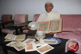 Fahrudin Kolektor Perangko Ratusan Tahun