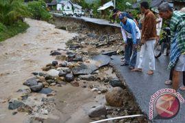Seorang warga hilang saat banjir di Solok