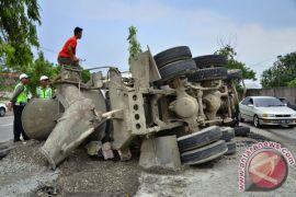 Polisi upayakan evakuasi truk molen terguling di Bogor