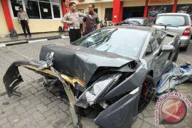 Polisi olah TKP peristiwa tabrakan lamborghini di Surabaya