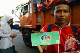 Siswa Pamekasan Bagikan PIN Peringati Hari AIDS