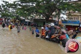 Pemkab Tangerang Keruk Saluran Atasi Banjir Cisauk