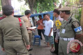Jual Beli di Pinggir Jalan di Surabaya Dikenai Sanksi