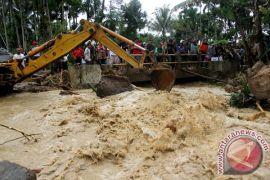 Polisi evakuasi mayat terbawa arus