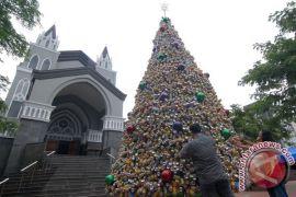 Satgas Pamtas RI-PNG buat pohon natal raksasa pakai 25.000 botol air mineral