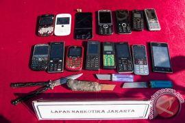 Bea Cukai Mataram musnahkan ratusan telepon genggam