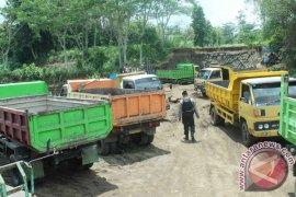 Warga Jangkar Situbondo keluhkan sopir dump truk ugal-ugalan