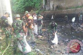 TNI Bersihkan Sungai Kota Negara