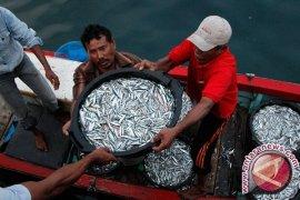 Pemerintah Bangka Salurkan Bantuan Jaring Ikan Nelayan