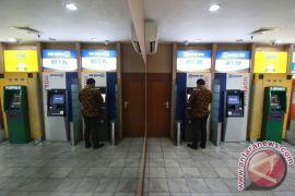 Nasabah Bank Mandiri di Padang menarik uang di ATM Bersama