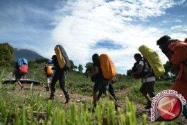Petugas pos penjaga evakuasi pendaki Gunung Kerinci