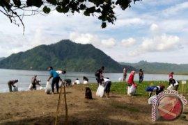 Ratusan Remaja Bersihkan Sampah Pantai Prigi Trenggalek