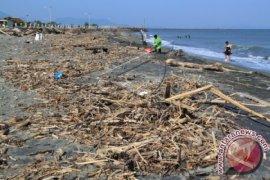 Puluhan Pelaku Pariwisata Bersihkan Objek Wisata