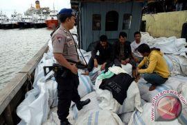Lanal Balikpapan tangkap kapal penyelundup pakaian bekas