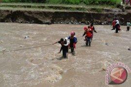 Enam Jembatan Di Sukabumi Terputus Diterjang Banjir
