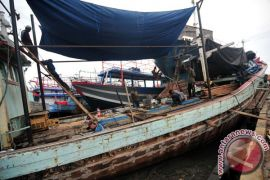 Puluhan kapal nelayan rusak akibat cuaca buruk