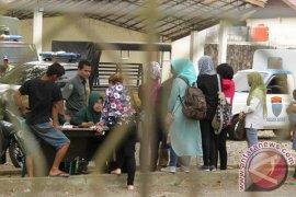 Pria bercelana pendek di Aceh diberi sarung