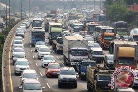 Jalan Tol Jakarta-Cikampek wilayah Karawang padat