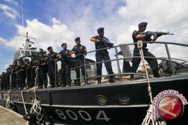 Kapal patroli Bea Cukai - Polri dilempari molotov