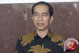Presiden Jokowi serahkan bantuan sosial di terminal Suasio