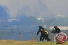 TNI AU simulasi pembebasan Bandara Jember dari teroris