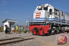 Jalur kereta di Daop Cirebon lumpuh total Jumat siang