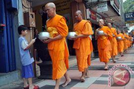 Umat Buddha lakukan pindapata Waisak di Pecinan Magelang