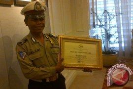 DPR Beri Penghargaan Polisi Pemulung Bripka Seladi