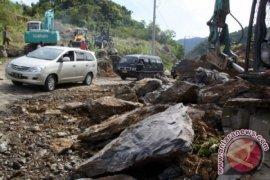 Longsor tutupi badan jalan di Aceh Selatan