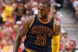 LeBron James pimpin Cavaliers hentikan Raptors 112-106