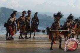 Elvis Doce dikukuhkan sebagai kepala suku Sentani