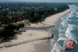 Puluhan relawan bersihkan pantai Jakat Bengkulu