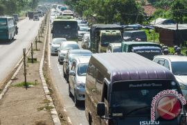 Polisi dorong bus mogok di pantura urai kemacetan