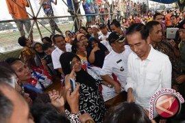 Presiden blusukan bagi sembako di Padang