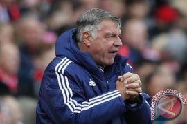 Beda nasib dengan Hughes, Sam Allardyce justru dipecat