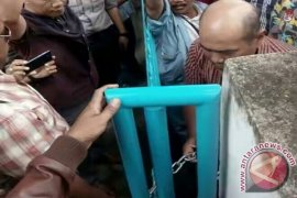 Seru, anggota dewan Kota Jambi gembok pagar kantor Disdik