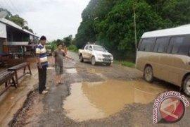 Kerusakan Jalan Desa Lambing Makin Parah