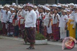 Upacara Bendera Memakai Pakaian Adat Bali