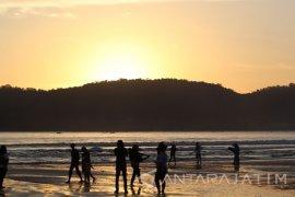 Pantai Pulau Merah Ramai Pengunjung