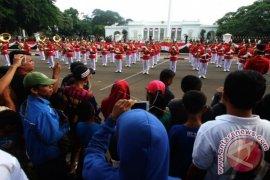 Masyarakat Antusias Saksikan Pergantian Pasukan Jaga Istana