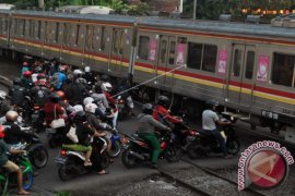 Kereta api tabrak mobil di Surabaya