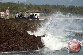 Gelombang laut Pelabuhanratu capai lima meter