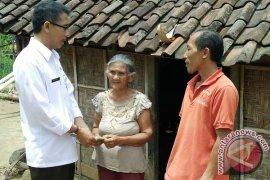 Gubernur Bali Membantu Dua Keluarga Miskin Karangasem