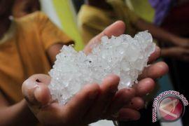 Hujan deras disertai butiran es landa Medan