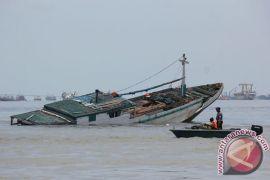 Kapal kandas di karang, semua penumpangnya selamat