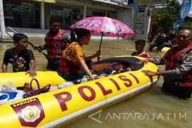 Tim Gabungan Evakuasi Korban Banjir Sampang Hendak Melahirkan