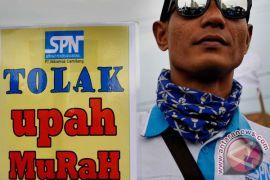 Massa buruh jalan kaki ke Balaikota DKI Jakarta